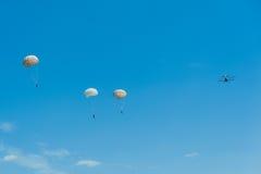 与双翼飞机航空器飞行俱乐部辅导员的Skydiving 免版税图库摄影