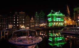 与反射的五颜六色的大厦在运河在晚上 库存照片