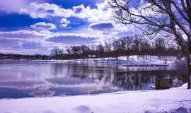与反射的冬天风景 免版税库存图片