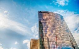 与反射的塔大厦在玻璃门面la防御,法郎 免版税图库摄影