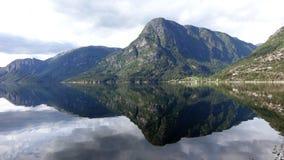 与反射的山风景在清楚的水 库存图片