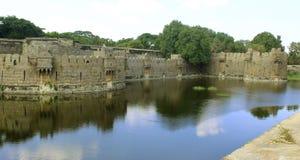 与反射的巨型墙壁和堡垒城垛在沟槽 库存照片