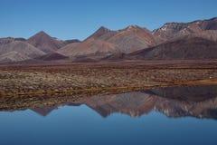 与反射的无生命的山在湖 免版税图库摄影