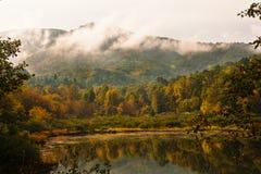 与反射的早晨山景城在湖 图库摄影