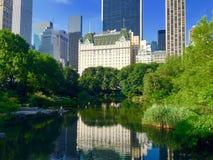 与反射的曼哈顿都市风景在Central Park湖 免版税库存图片