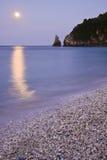 与反射的月亮在海 免版税库存照片
