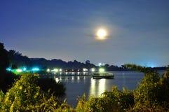 与反射的月光在水 免版税库存照片