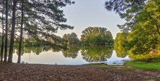 与反射的湖边视图 免版税库存图片