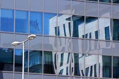 与反射的现代办公室塔窗口 免版税库存图片