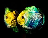 与反射的玻璃鱼圣诞树装饰品 库存照片