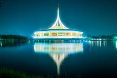 与反射的美丽的大厦在反对蓝天的盐水湖在公园, Suanluang Rama 9 免版税库存照片