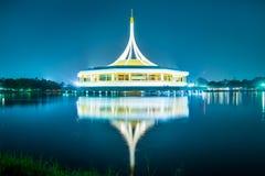 与反射的美丽的大厦在反对蓝天的盐水湖在公园, Suanluang Rama 9 库存照片