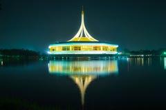 与反射的美丽的大厦在反对蓝天的盐水湖在公园, Suanluang Rama 9 库存图片