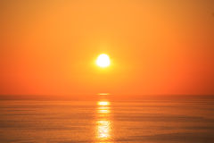与反射的美好的日落在海 免版税库存图片