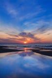 与反射的美妙的海日落 免版税库存照片