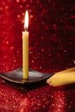 与反射的静物画金黄蜡烛光在红色弄脏了bo 免版税图库摄影