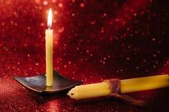 与反射的静物画金黄蜡烛光在红色弄脏了bo 免版税库存图片