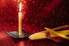 与反射的静物画金黄蜡烛光在红色弄脏了bo 库存图片