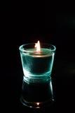 与反射的冻结的蜡烛在黑暗 免版税库存照片