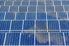 与反射蓝天的太阳电池板 免版税库存照片