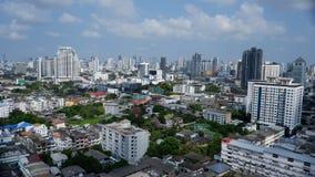 与反射都市生活的地方村庄的曼谷大厦 库存图片