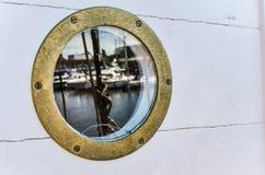 与反射,关闭的船舶舷窗 免版税库存照片