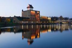 与反射,10月微明的埃尔曼城堡 纳尔瓦,爱沙尼亚 库存图片