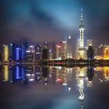 与反映的上海浦东地平线在晚上 图库摄影