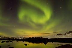 与反映的北极光在水中 免版税库存照片