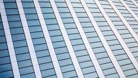 与反映的抽象背景纹理在现代办公楼窗口  免版税库存图片