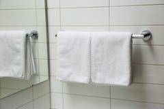与反映的毛巾在镜子 免版税库存照片