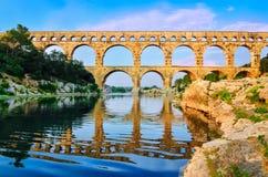 与反映的Arc du Triomphe查阅在河 免版税库存图片