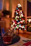 与发光的五颜六色的光的圣诞树 库存图片