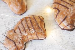 与发光的光的姜饼从上面 库存照片