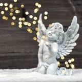 与发光的光的小的守护天使 圣诞节装饰装饰新家庭想法 免版税库存图片