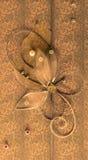 与发光的小珠、刺绣、银色螺纹以花的形式和蝴蝶的橙色垂直的手工制造问候装饰 免版税库存图片