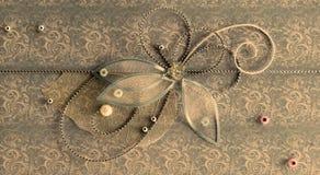 与发光的小珠的古铜色水平的手工制造问候装饰 免版税图库摄影