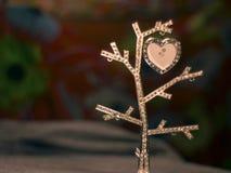 与发光的心脏的好的光亮的金刚石树 库存照片