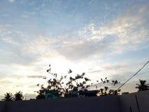 与发光的日落的天空蔚蓝 免版税库存图片