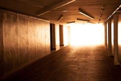 与发光的末端的抽象走廊内部 免版税库存图片