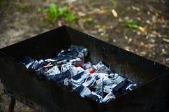 与发光的煤炭的BBQ格栅 库存图片