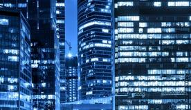 与发光的窗口的现代办公楼在晚上 城市日克里姆林宫室外的莫斯科 免版税库存照片