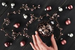 与发光的花卉诗歌选和圣诞节bau的圣诞节背景 免版税库存图片
