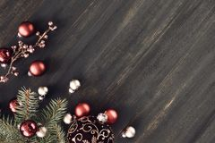 与发光的花卉诗歌选和圣诞节bau的圣诞节背景 免版税库存照片
