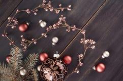 与发光的花卉诗歌选和圣诞节bau的圣诞节背景 库存图片