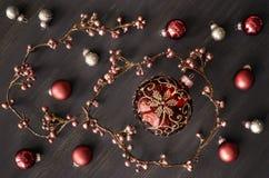 与发光的花卉诗歌选和欢乐baubl的圣诞节背景 免版税图库摄影