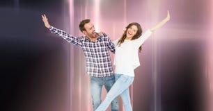 与发光的轻的小河的夫妇跳舞 免版税库存图片