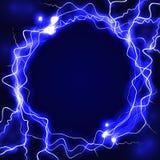 与发光的闪电的圆的框架在深蓝背景 增殖比 库存照片