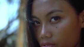 与发光的黑色头发的年轻亚洲秀丽在阳光下,模型有自然美人 股票录像