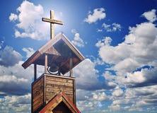 与发怒和天堂般的光的一座钟楼 免版税库存图片
